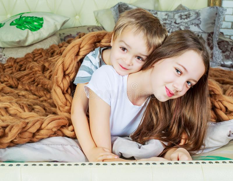 Irmão e irmã na cama foto de stock