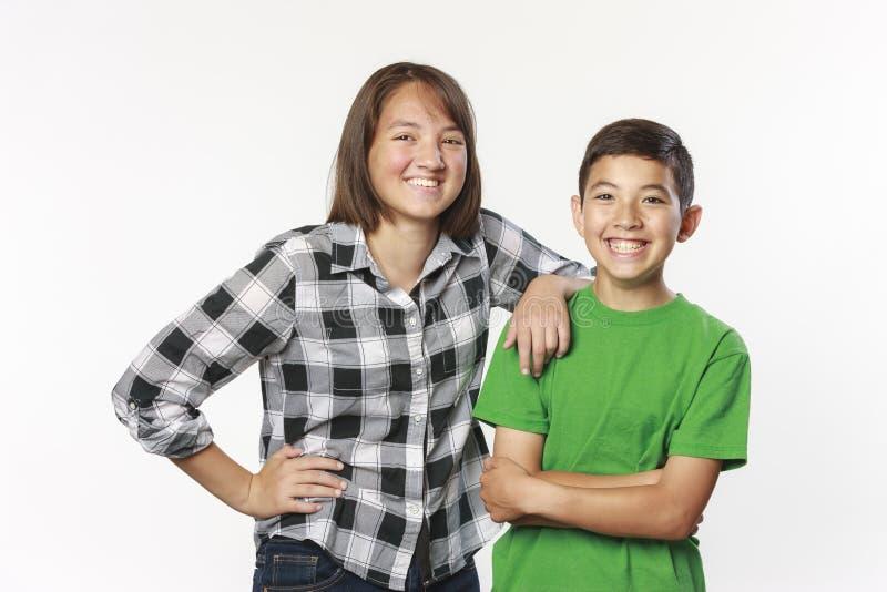 Irmão e irmã na foto do estúdio imagens de stock