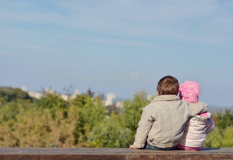 Irmão e irmã no banco imagem de stock