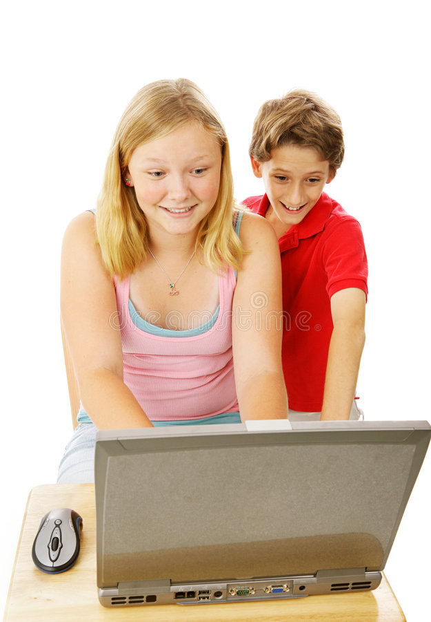 Irmão e irmã no computador imagens de stock royalty free