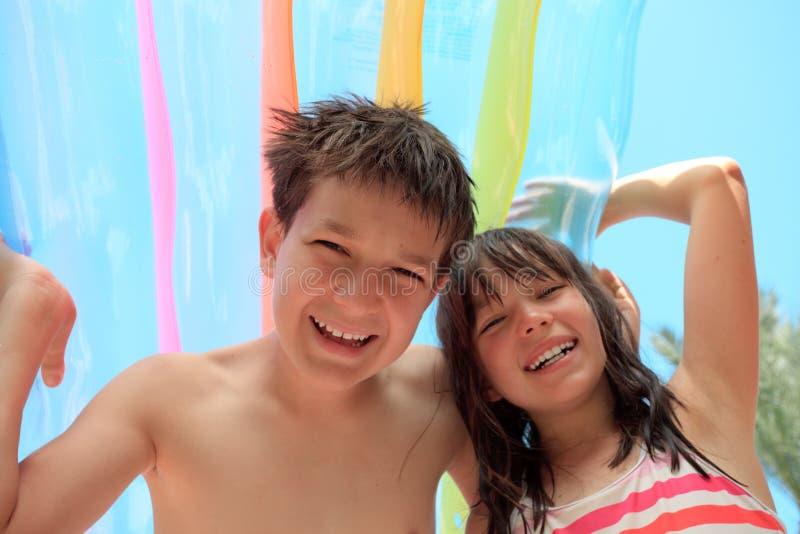 Irmão e irmã no feriado fotografia de stock