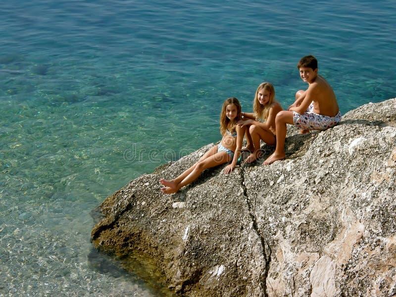 Irmão e irmã que apreciam nas férias de verão fotos de stock