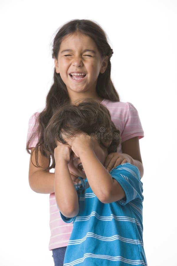 Irmão e irmã que esperam com olhos fechados imagens de stock royalty free