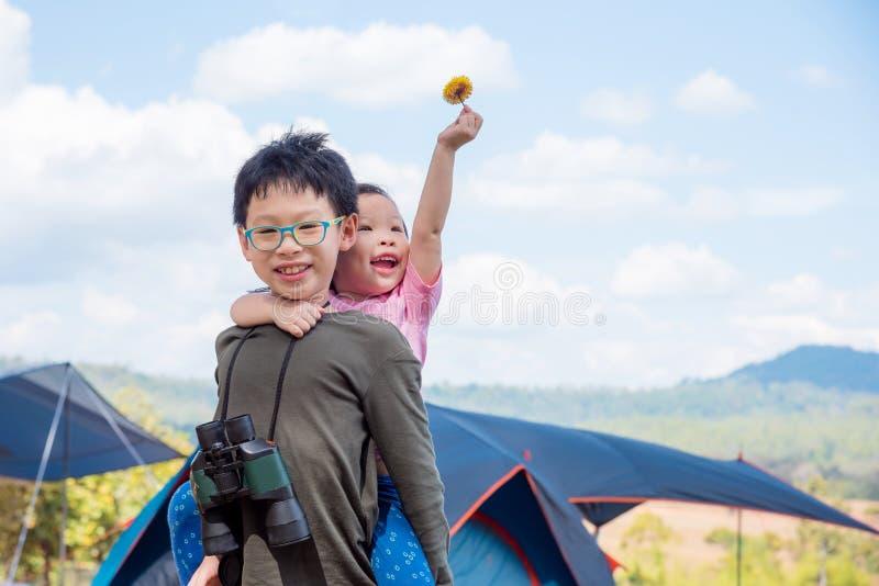 Irmão e irmã que jogam junto exterior fotografia de stock royalty free