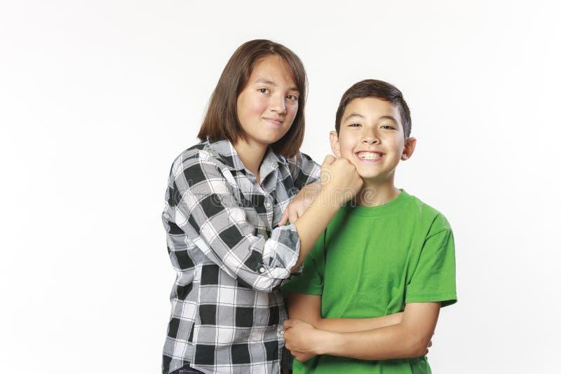 Irmão e irmã que são brincalhão imagens de stock