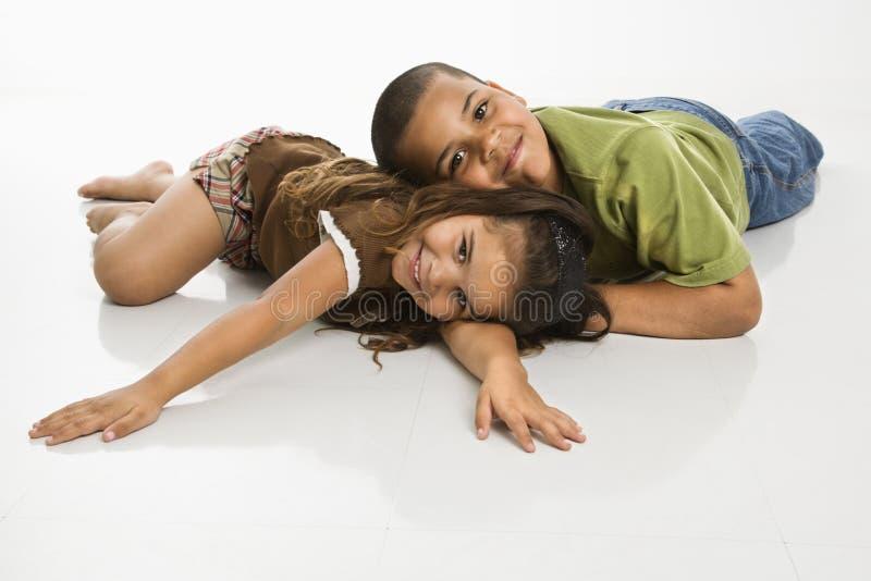Irmão e irmã que sorriem junto. fotografia de stock royalty free