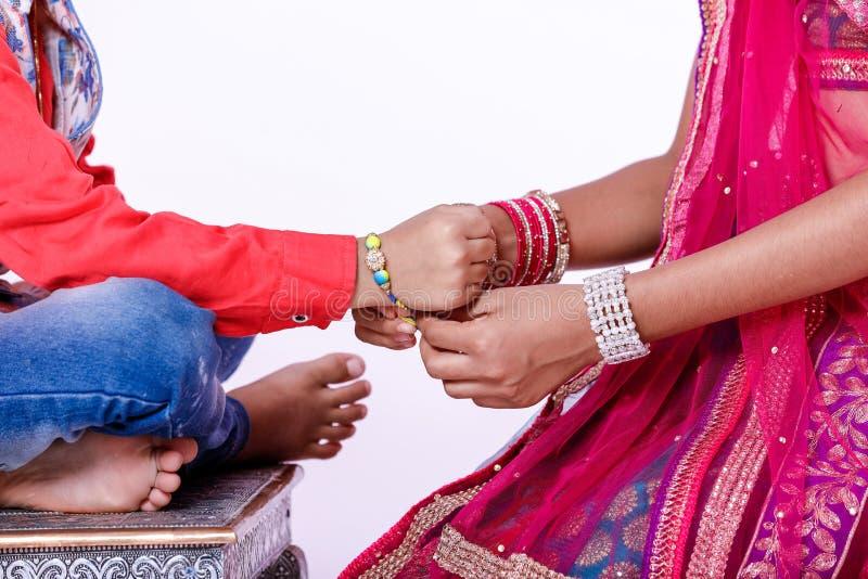 Irmão indiano bonito e irmã da criança que comemoram o festival bandhan do raksha, imagem de stock