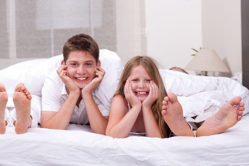 Irmão Loving e irmã que encontram-se e que têm o divertimento imagens de stock royalty free