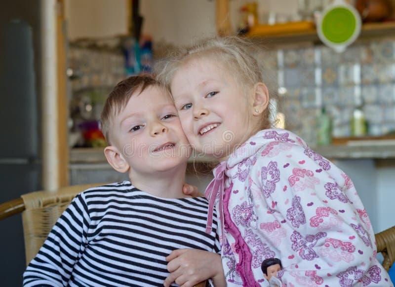 Irmão mais novo bonito e irmã que levantam junto fotos de stock royalty free
