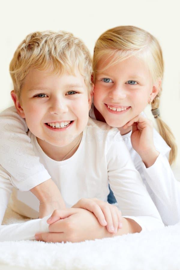 Irmão mais novo e irmã junto para sempre fotografia de stock royalty free