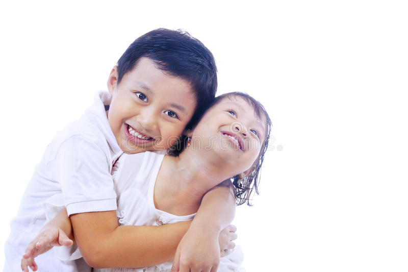 Irmão que dá o abraço à irmã fotografia de stock royalty free