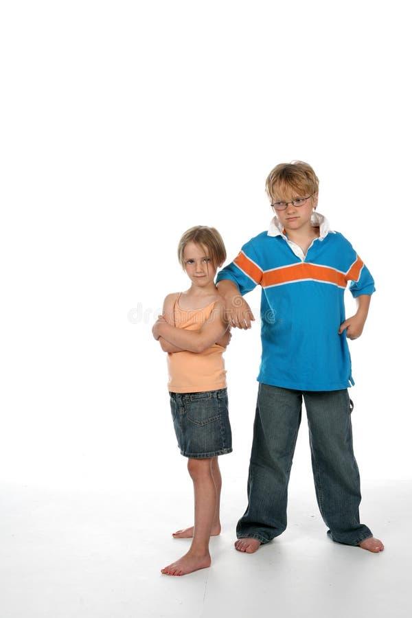 Irmão que inclina-se no ombro de sua irmã imagens de stock royalty free