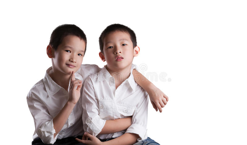 Irmãos asiáticos novos foto de stock