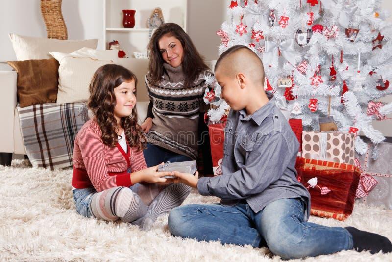 Irmãos bonitos no Natal imagens de stock royalty free