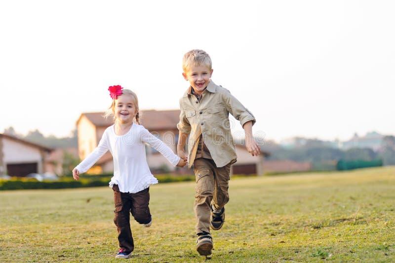 Irmãos brincalhão da infância fotografia de stock royalty free