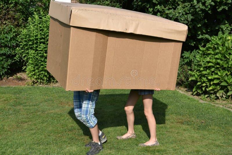 Irmãos com caixa de cartão fotografia de stock