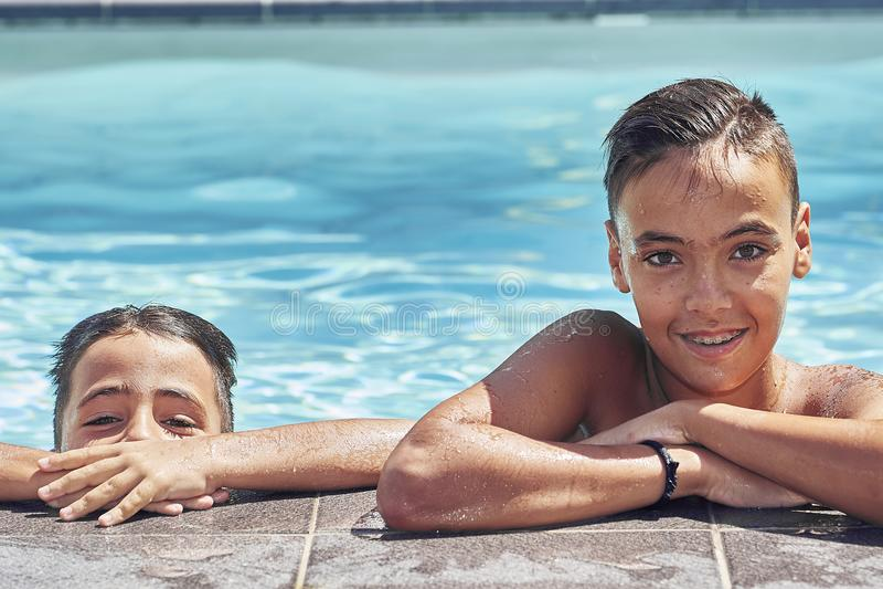 Irmãos com os olhos verdes na piscina fotos de stock royalty free