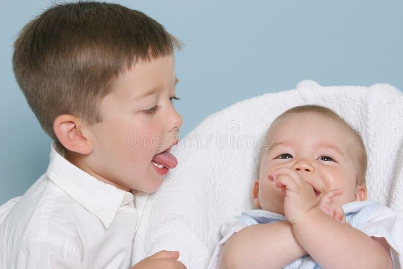 Irmãos felizes   imagens de stock