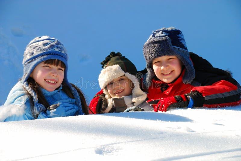Irmãos felizes no inverno imagens de stock royalty free