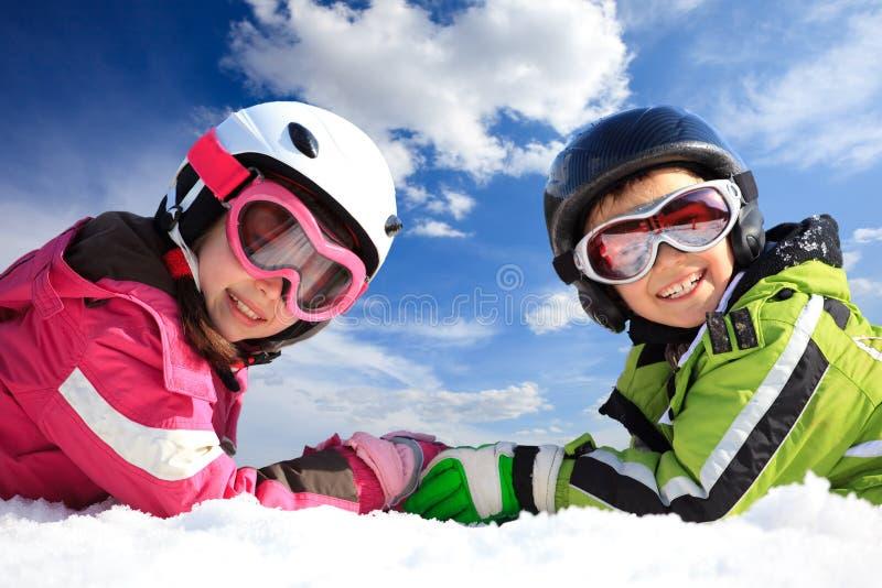 Irmãos na roupa do esqui fotografia de stock royalty free