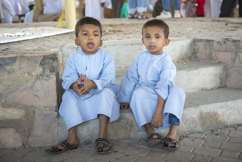 Irmãos na roupa tradicional em um mercado em Nizwa imagens de stock