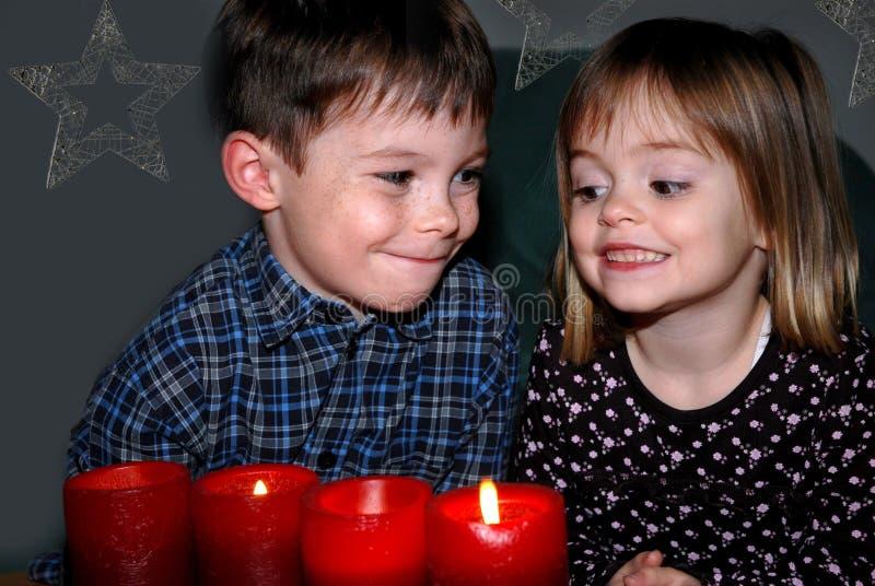 Irmãos no Natal de espera do advento foto de stock