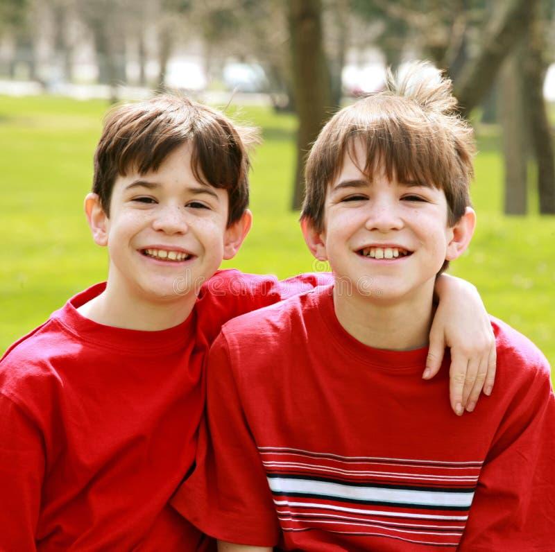 Irmãos no vermelho imagens de stock