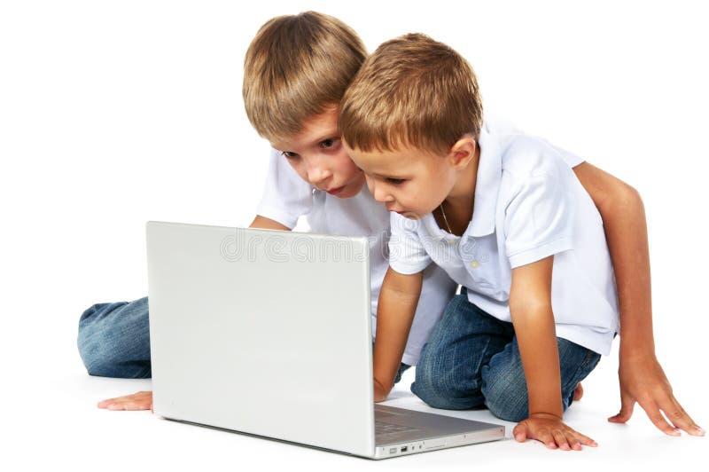 Irmãos que jogam jogos de computador fotografia de stock