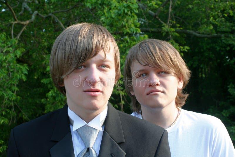 Irmãos sérios no t-shirt de Tux And imagens de stock