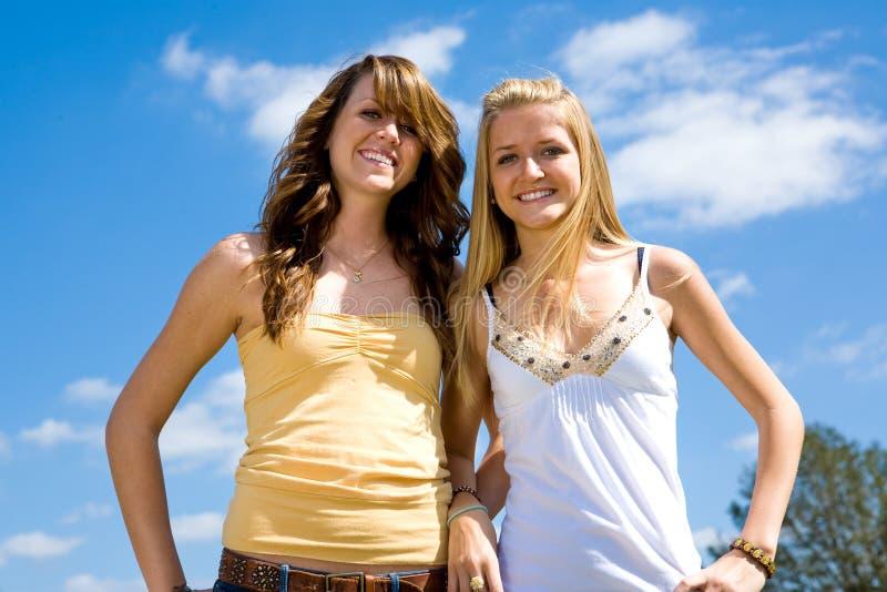 Irmãs adolescentes ao ar livre fotografia de stock royalty free