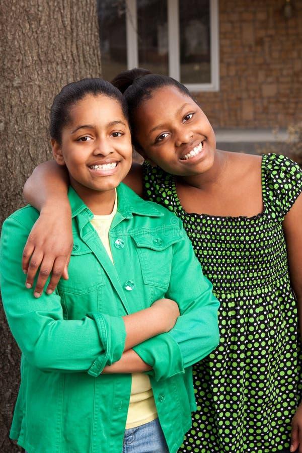 Irmãs afro-americanos que falam e que riem foto de stock royalty free