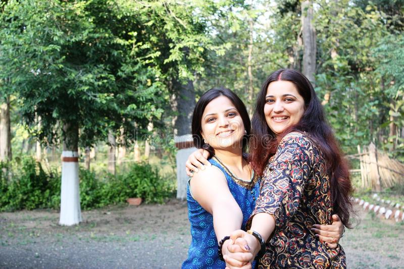 Irmãs (asiáticas) indianas muito felizes foto de stock