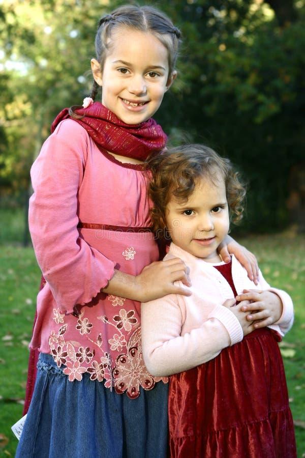 irmãs bonitas que apreciam o parque fotos de stock