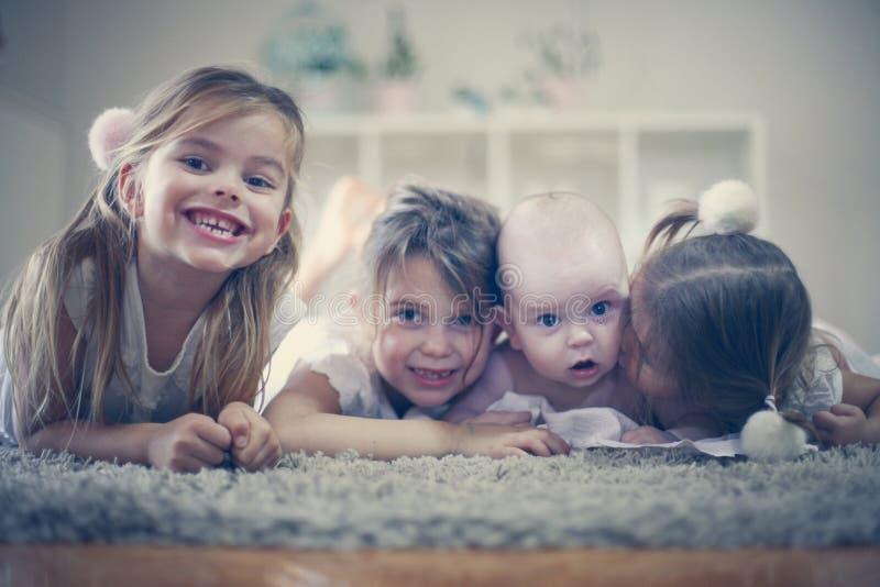 Irmãs do retrato três com irmão do bebê Fim acima imagem de stock royalty free