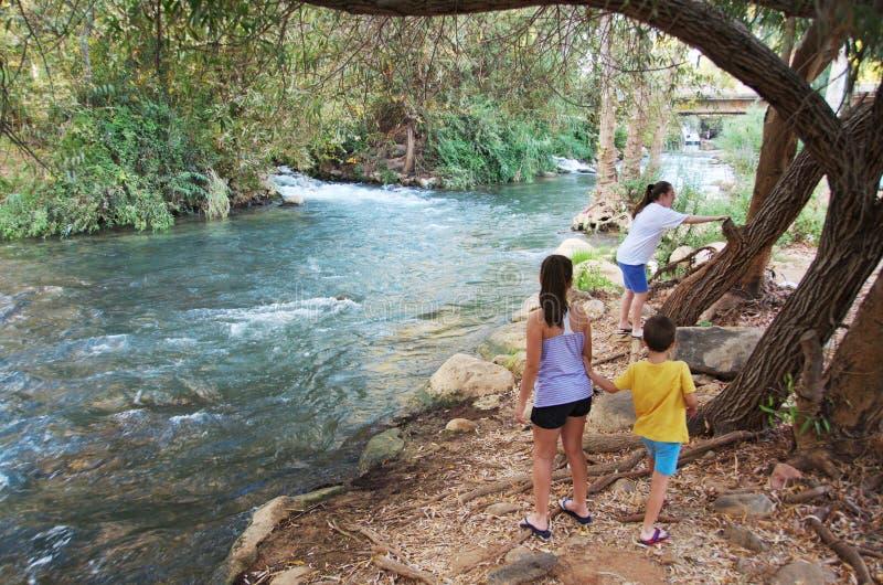 Irmãs e irmão em Jordan River foto de stock