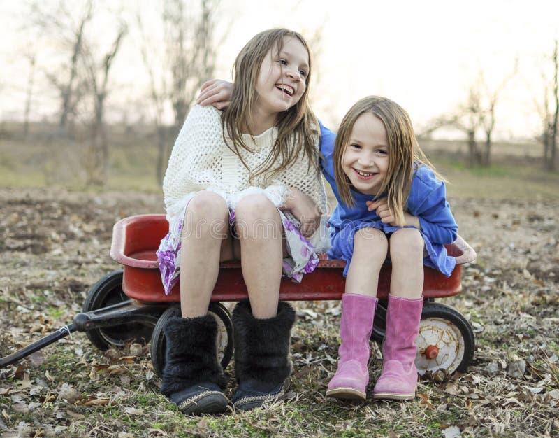 Irmãs e melhores amigos de riso fotos de stock royalty free