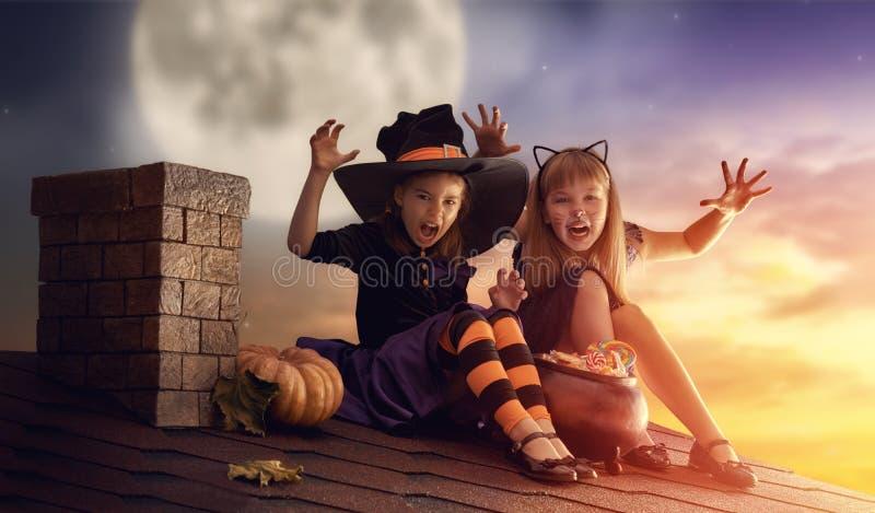 Irmãs em Dia das Bruxas fotografia de stock royalty free