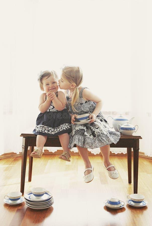 Irmãs Loving imagens de stock royalty free