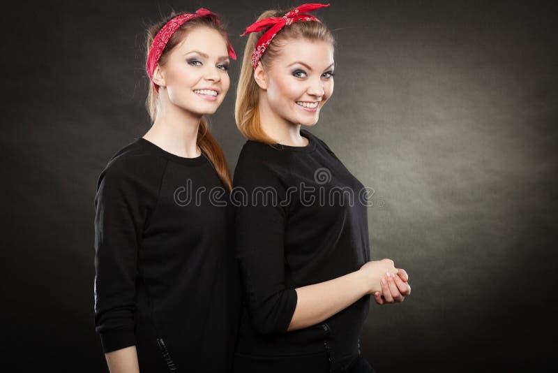 Irmãs loving no pino retro acima do stylization foto de stock