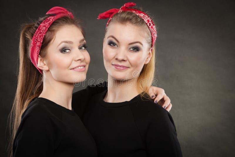 Irmãs loving no pino retro acima do stylization fotos de stock