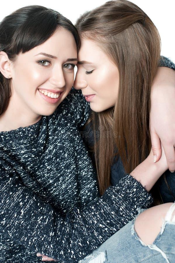 Irmãs novas e bonitas na amizade fotos de stock
