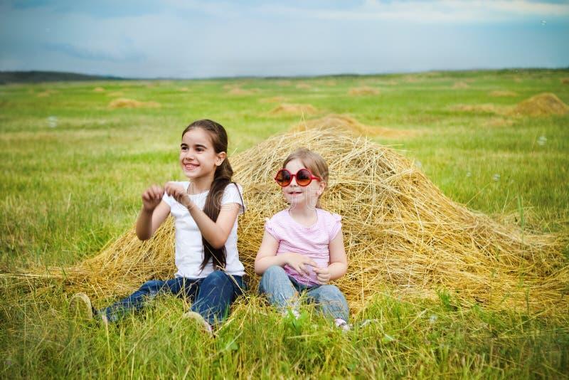 Irmãs pequenas felizes fotos de stock
