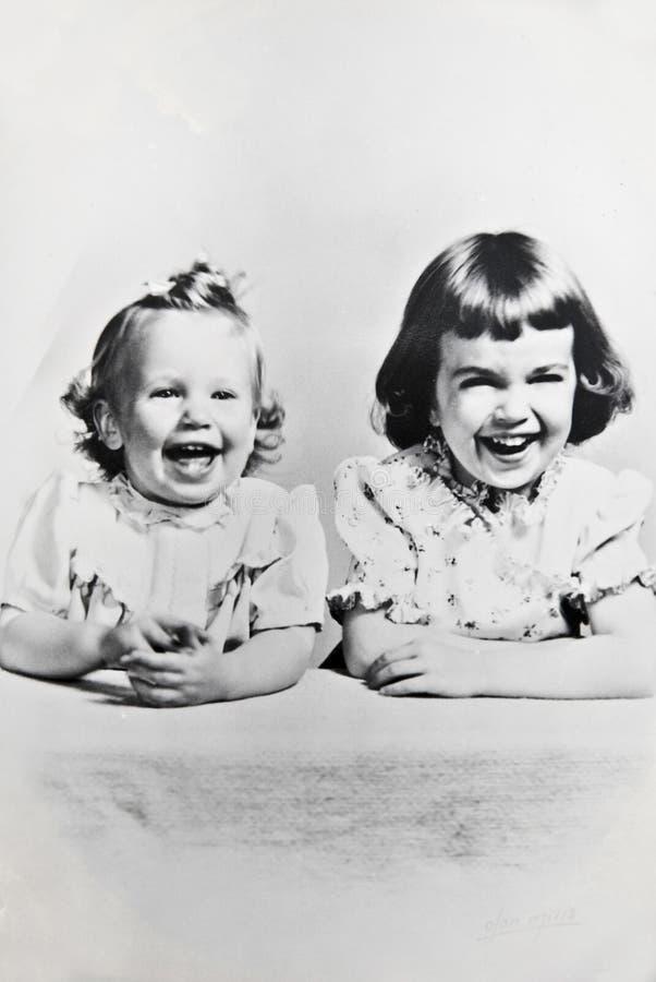 Irmãs/preto e branco/retro fotografia de stock royalty free