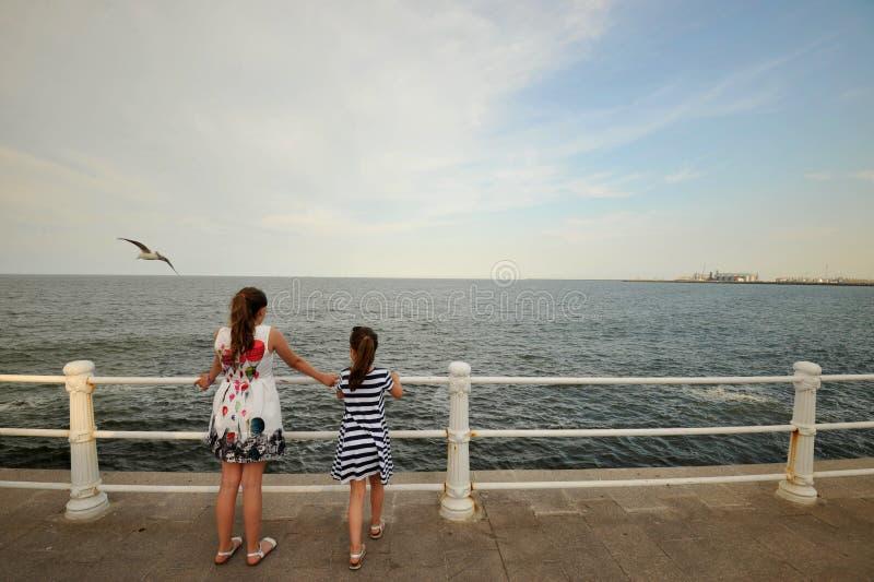 Irmãs que apreciam a costa do Mar Negro em Romênia imagens de stock royalty free