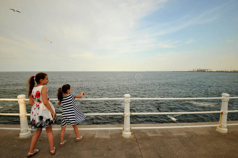 Irmãs que apreciam a costa do Mar Negro em Romênia foto de stock