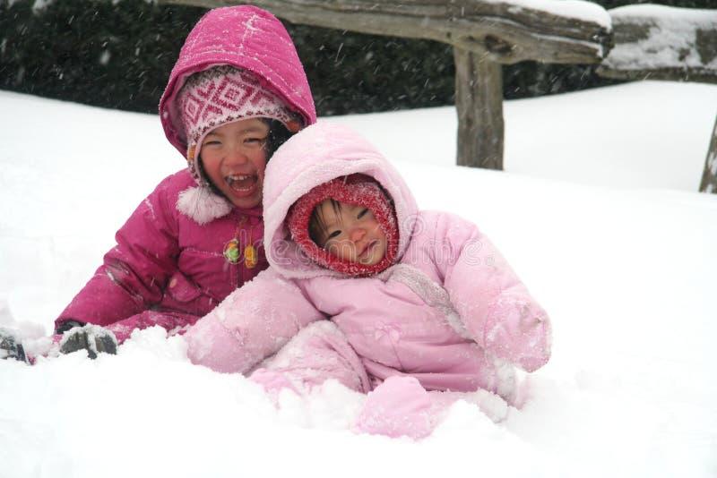 Irmãs que jogam na neve imagens de stock royalty free