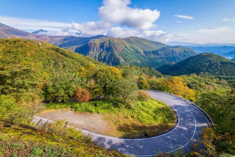 Irohazaka在五颜六色的秋天季节期间的弯曲道路在Oku日光 库存图片