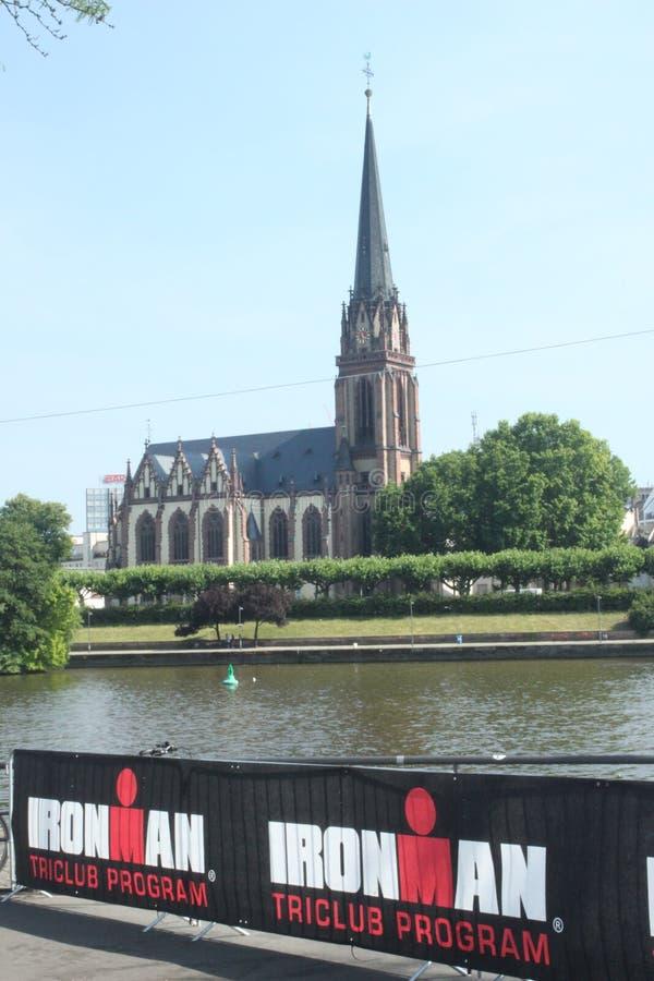 Ironman e Dreikönigskirche fotografia de stock