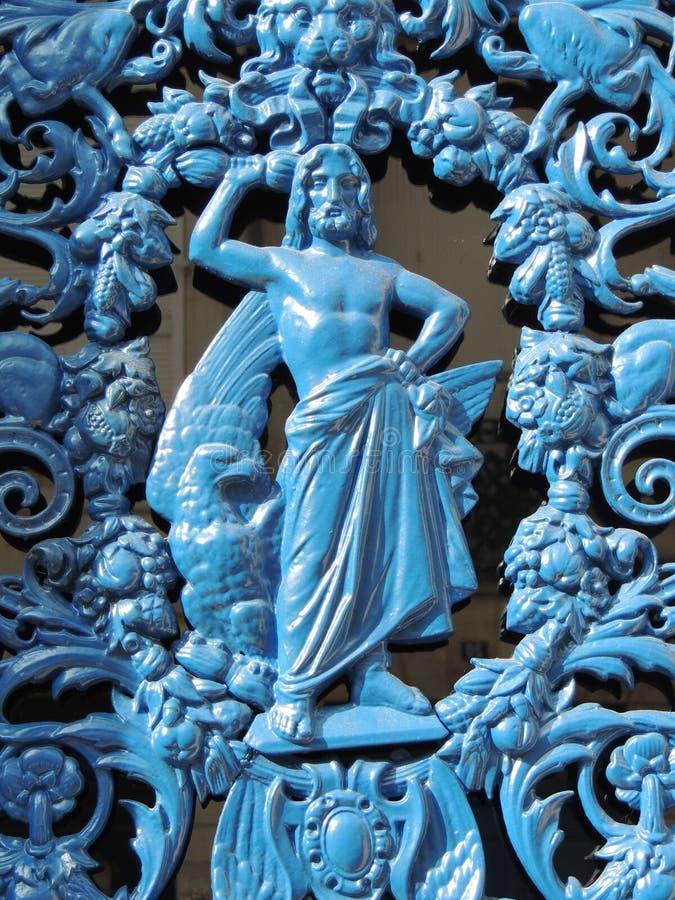 Ironwork: shirtless man med blått royaltyfri fotografi