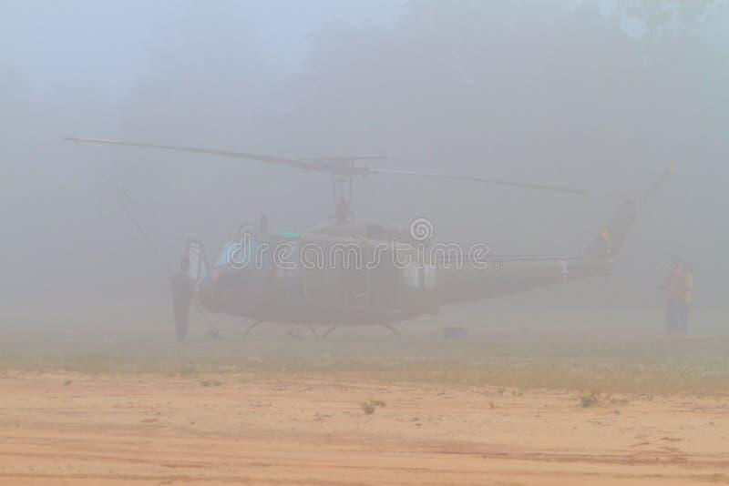 Iroquois UH-1 na névoa do amanhecer foto de stock